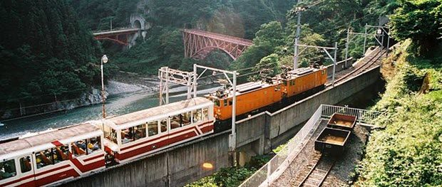 Kurobe Gorge Railway by Hiroyuki Mori from Nishinomiya, Japan via Wikimedia Commons
